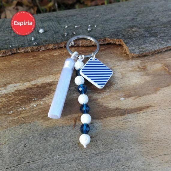 Prívesok na kľúče so strapcom a bielou lávou