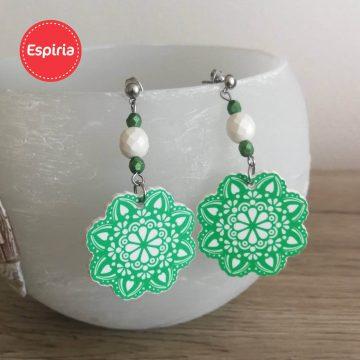 Zelené náušnice mandala s korálkou